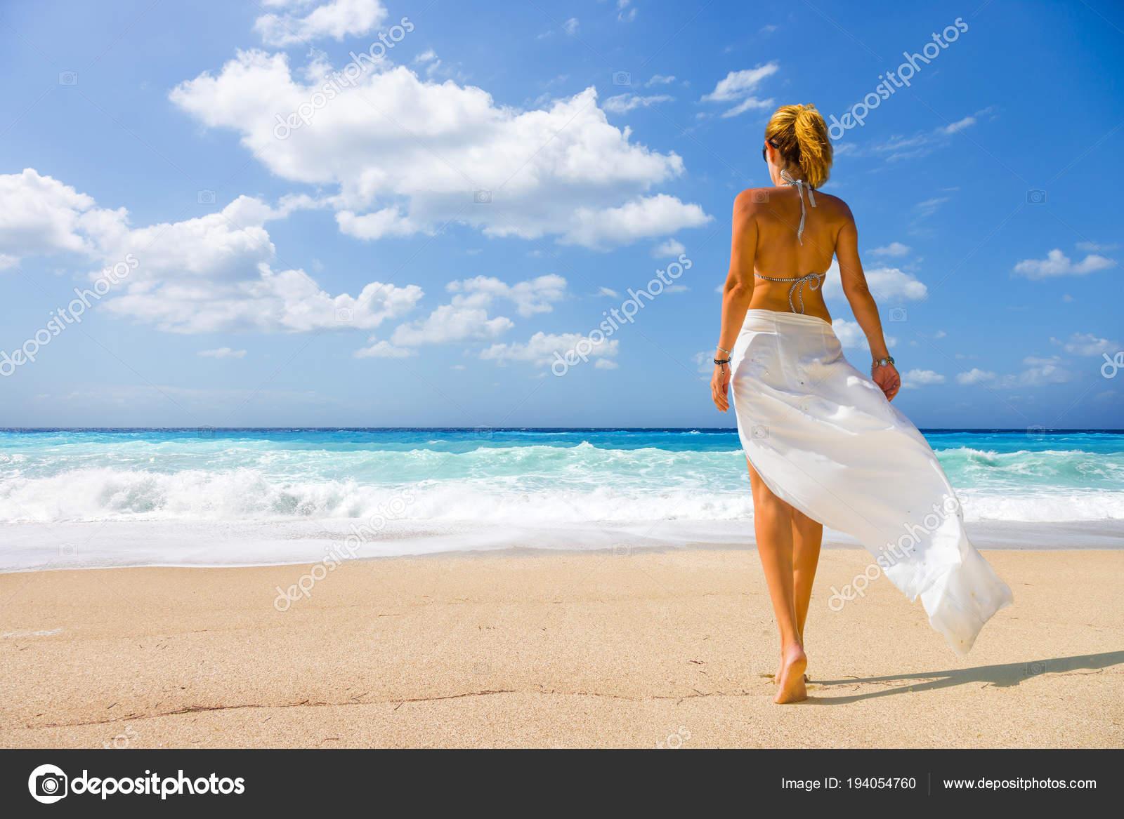 Женщина на диком пляже 3