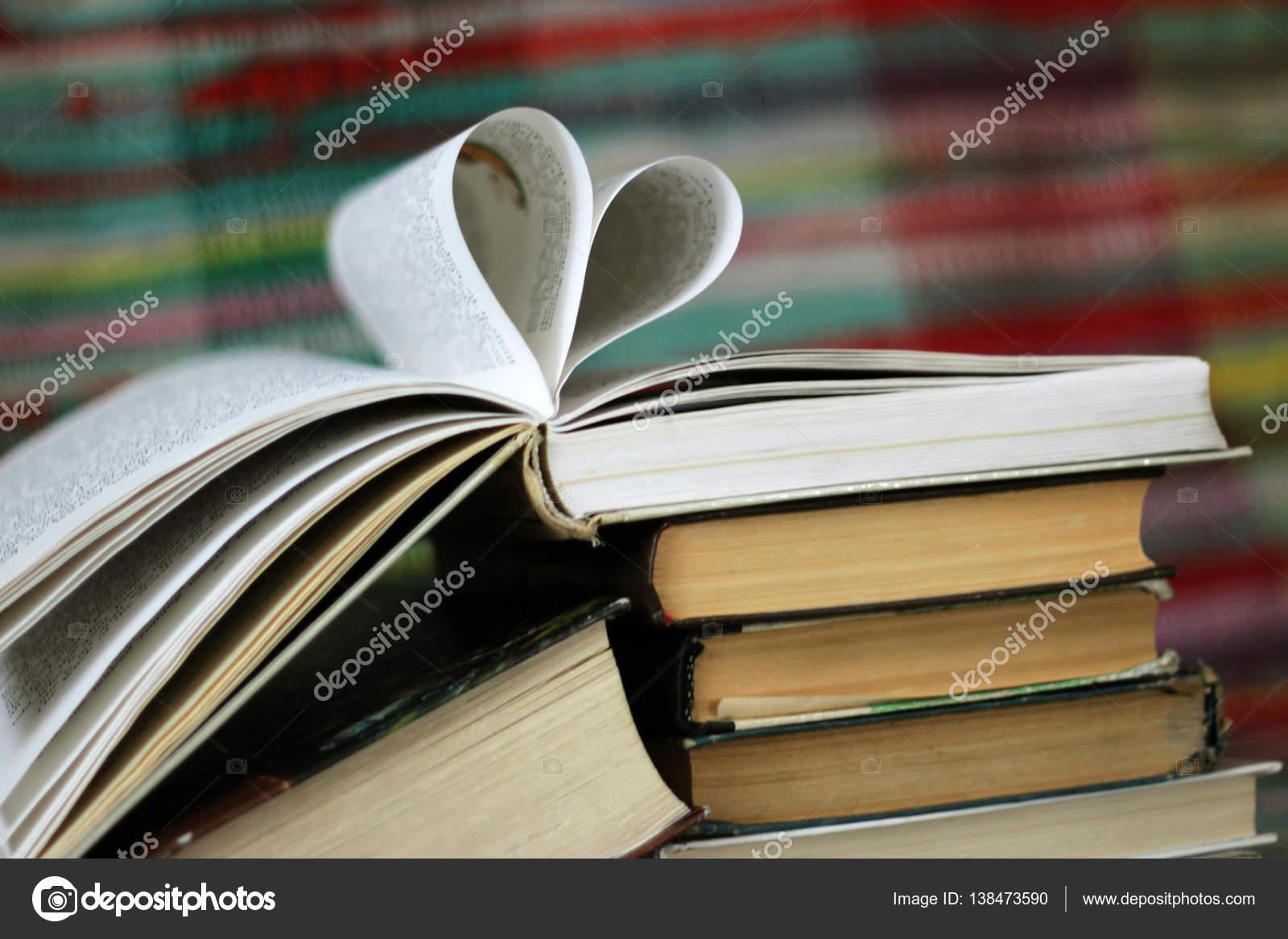 Abrió el libro con el corazón en forma de páginas de fondo colorido ...