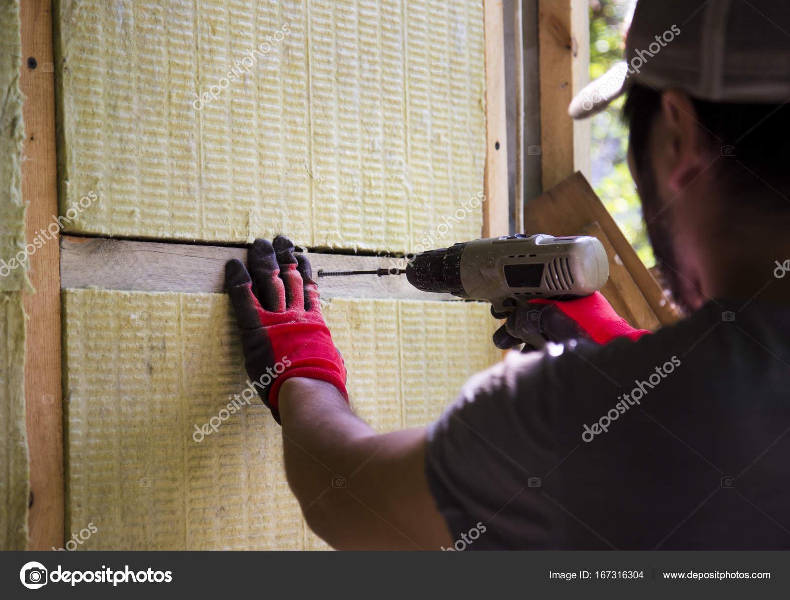 Ein Mann Erwärmung Sein Haus Mit Mineralwolle Und Bohrer, Ein Haus Zu Bauen  U2014 Foto Von Ta.che