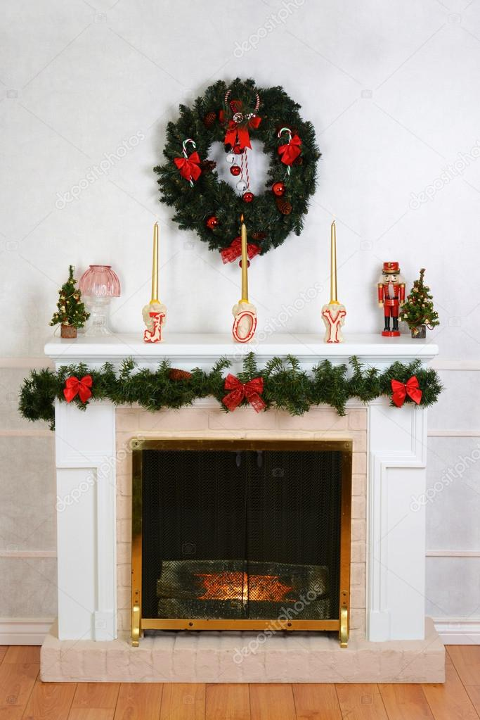 Kamin Für Weihnachten Dekoriert, Mit Kranz U2014 Foto Von Mcgphoto