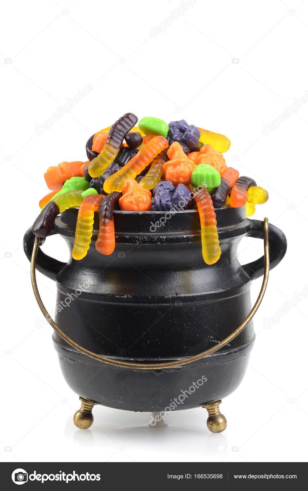 schwarze große Kessel, verschiedene Halloween-Süßigkeiten ...