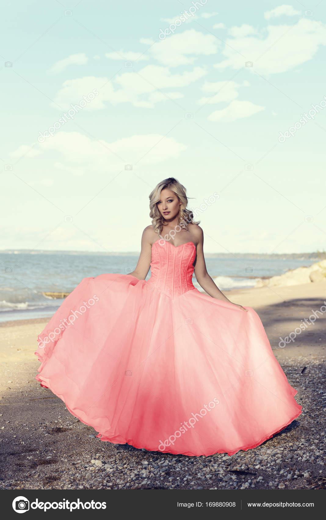 joven rubia en la playa con vestido de tul rojo bola — Foto de stock ...