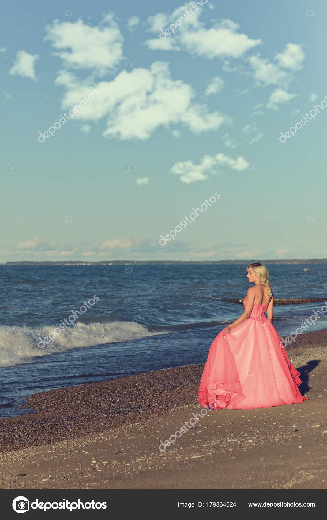 0c49d527b64 Γυναίκα Κόκκινο Τούλι Βραδινή Τουαλέτα Από Ωκεανό — Φωτογραφία ...