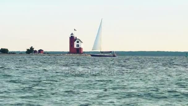 Segelboot Leuchtturm in Straits of Mackinac vorbei