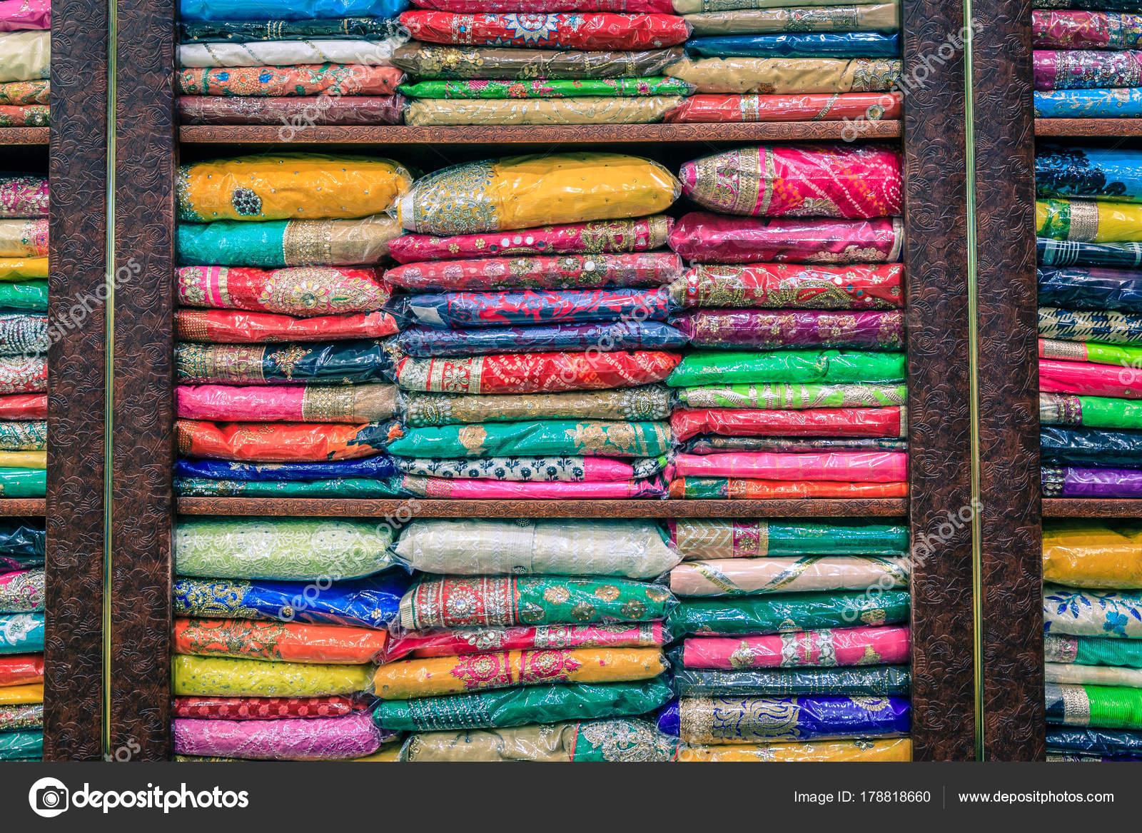 56990233d99 Πολύχρωμο Πασμίνες Ένα Ινδικό Κατάστημα Στην Παλιά Πόλη Του Ντουμπάι —  Φωτογραφία Αρχείου