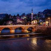 Fényképek Éjszakai kilátás, Szarajevó városközpont és a Miljacka-folyó