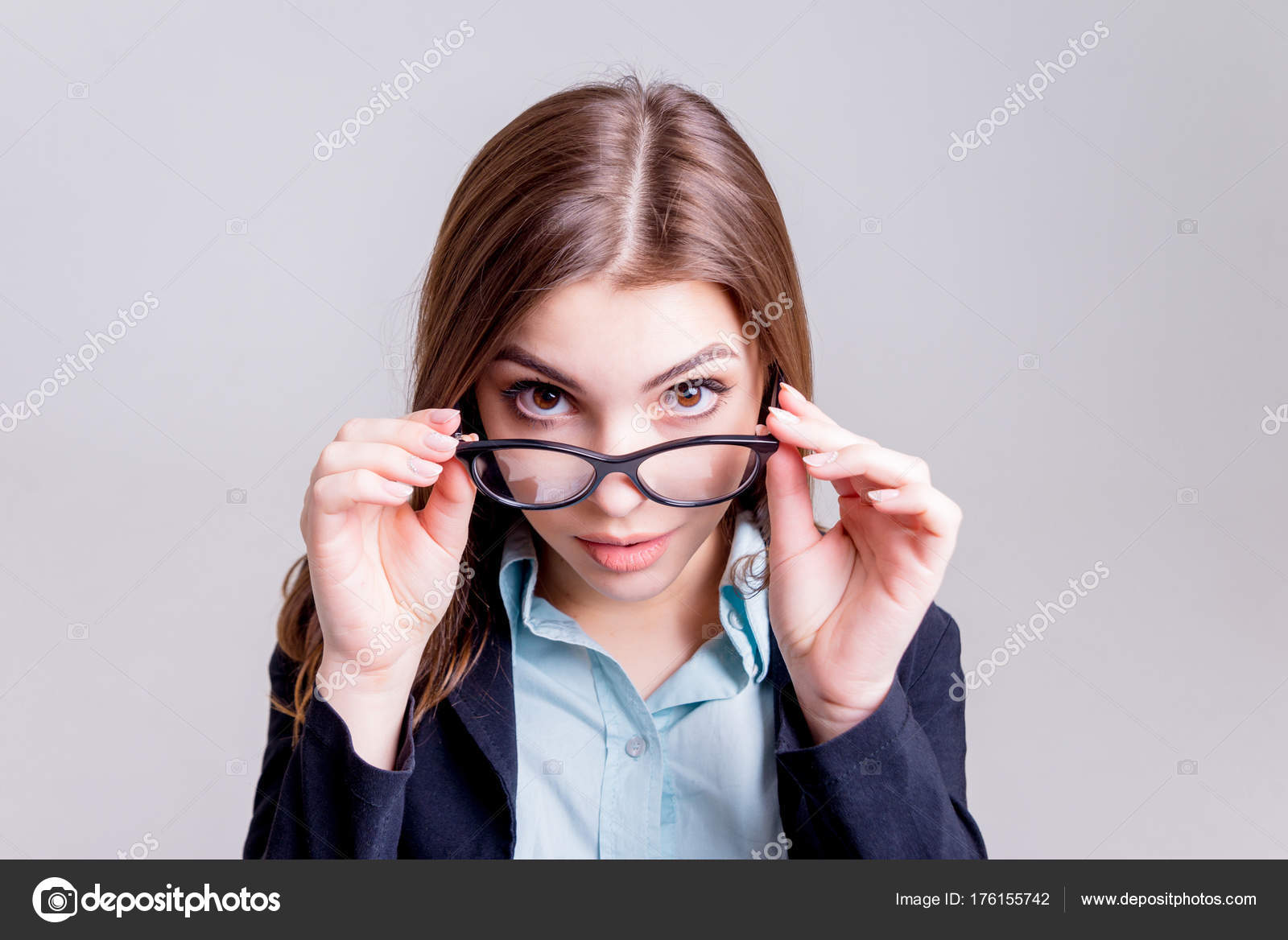 Bril Met Licht : Jonge zakenvrouw met een bril eerder licht grijs muur u stockfoto