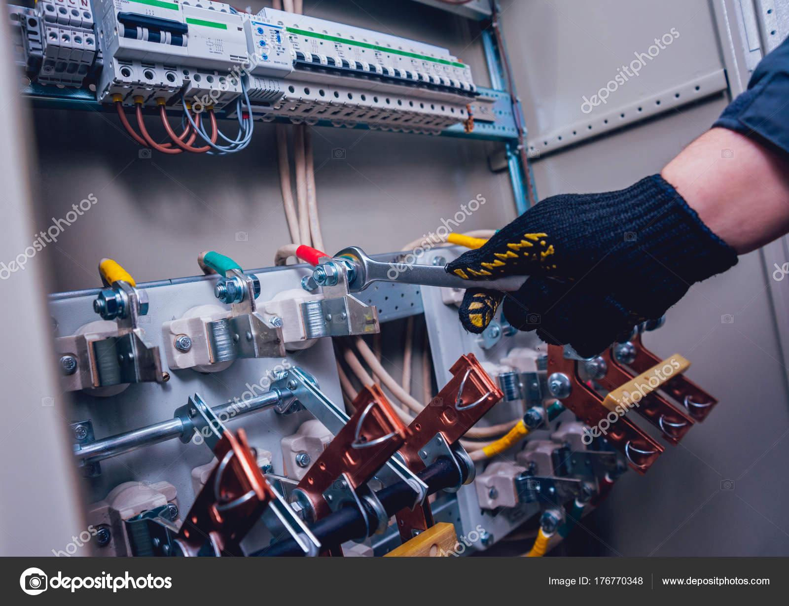 Elektriker Hände Schalter Elektrischen Feld Testen Elektrische ...