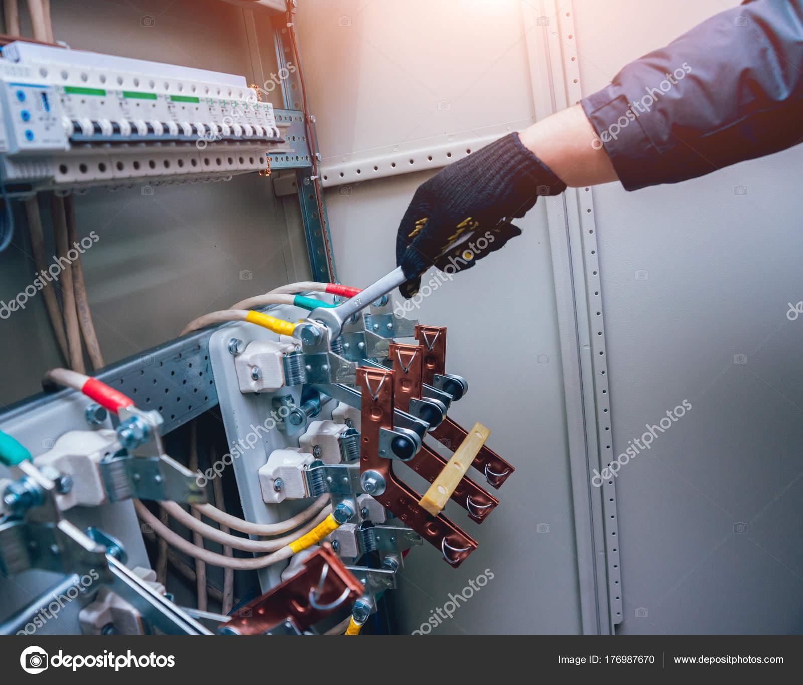 Elektrik Kutusuna Anahtarları Test Elektrikçiler Eller Sigortalar ...