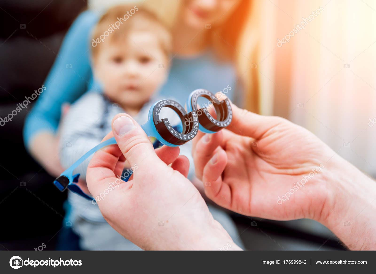 4470c720b39 Basic Eye Examination Mother Holds Child Eye Exam Clinic — Stock Photo