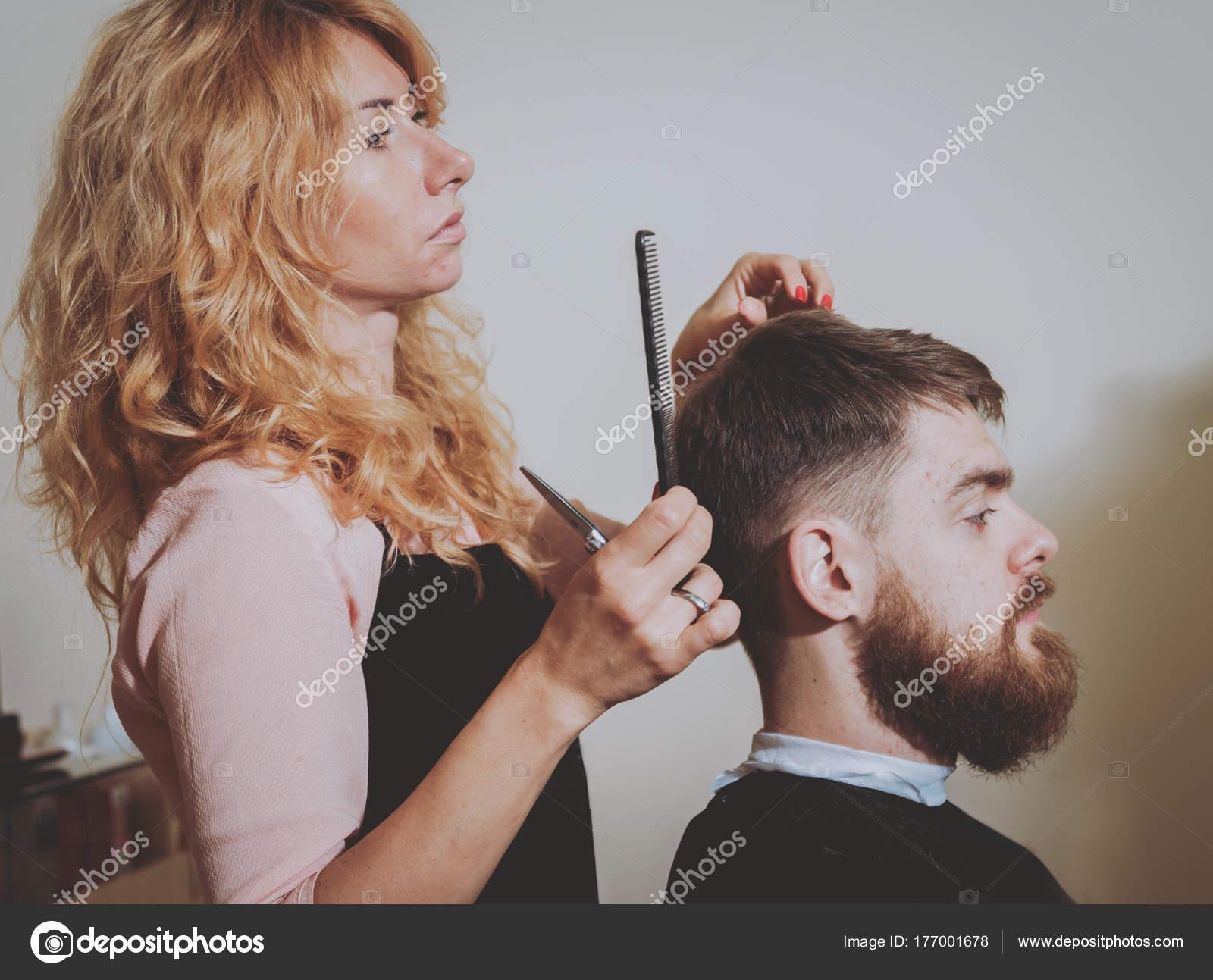 Meister Schneidet Haare Und Bart Von Männern Macht Friseur