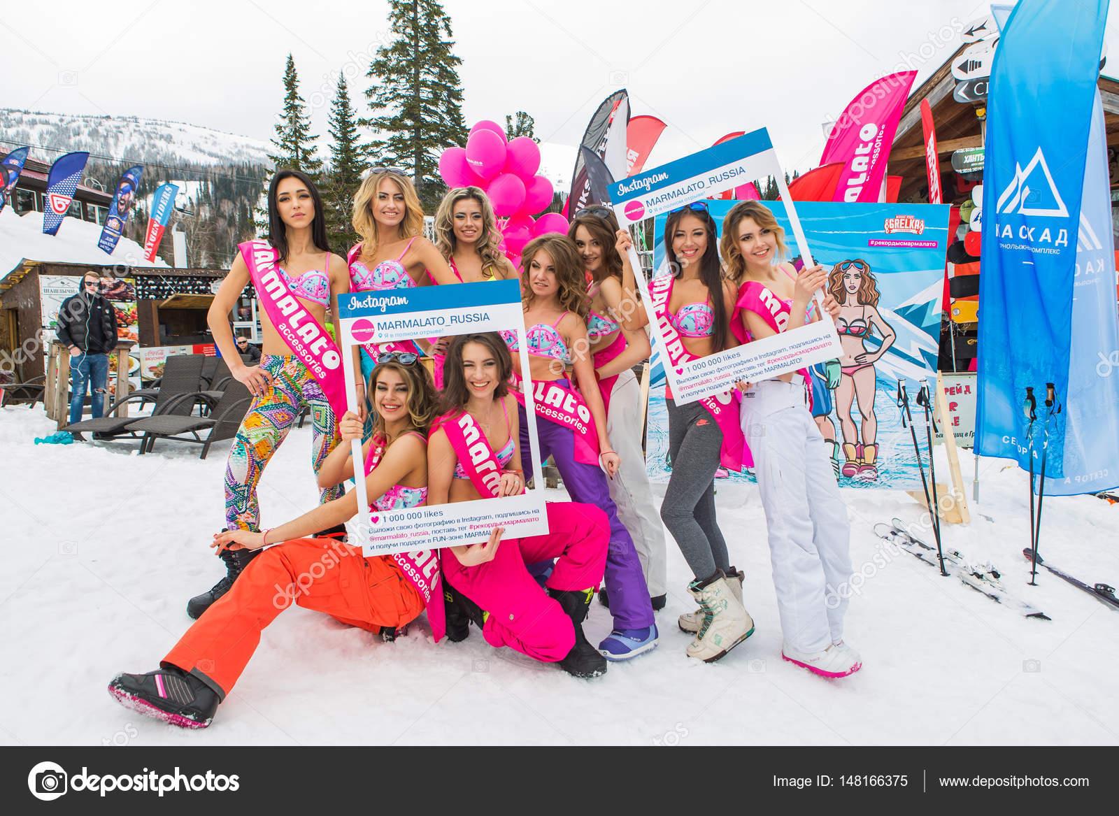Gruppe von jungen glücklich hübsche Frauen in bunten Bikini mit ...