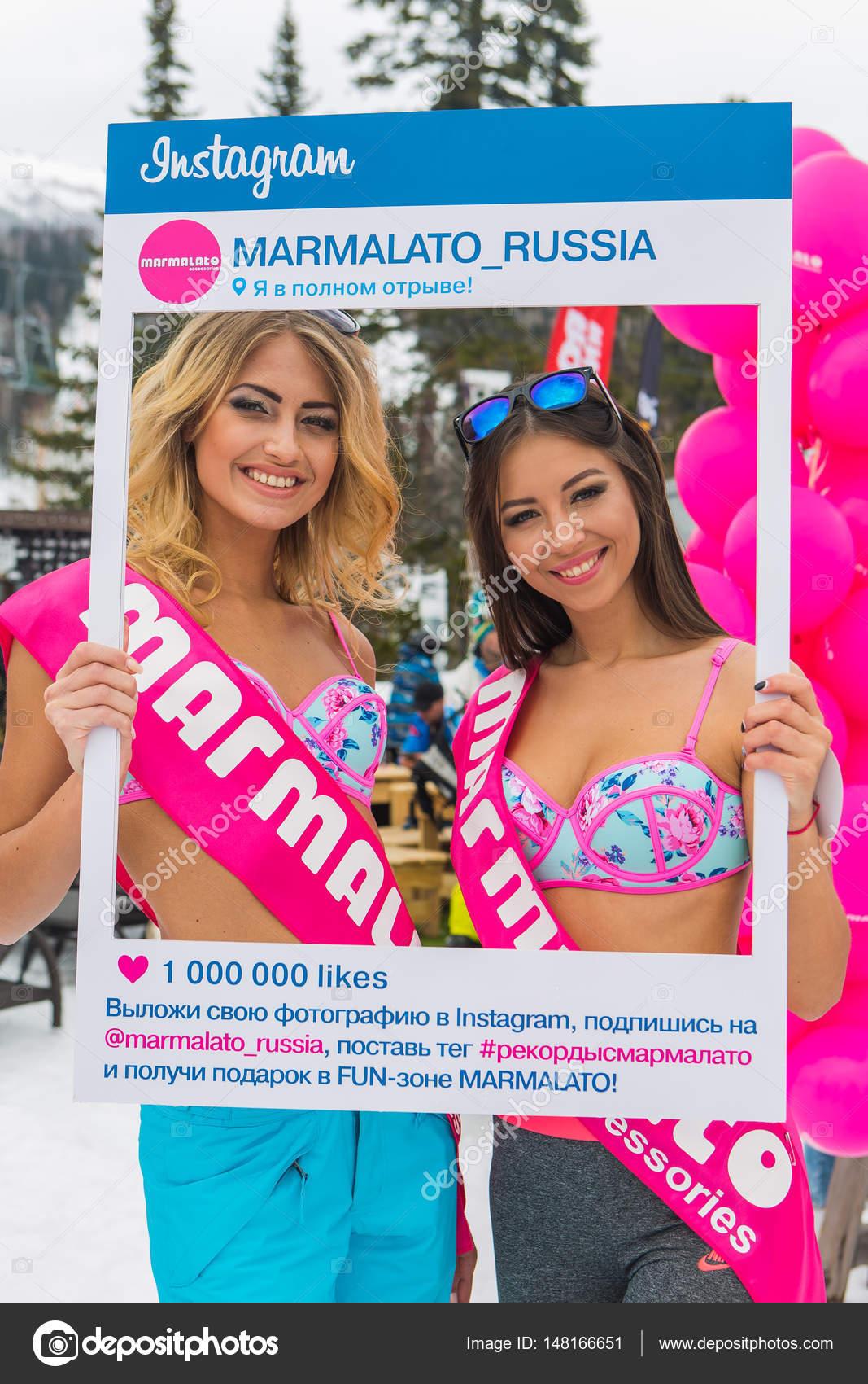Glücklich zwei junge hübsche Frauen in bunten Bikini mit Instagram ...
