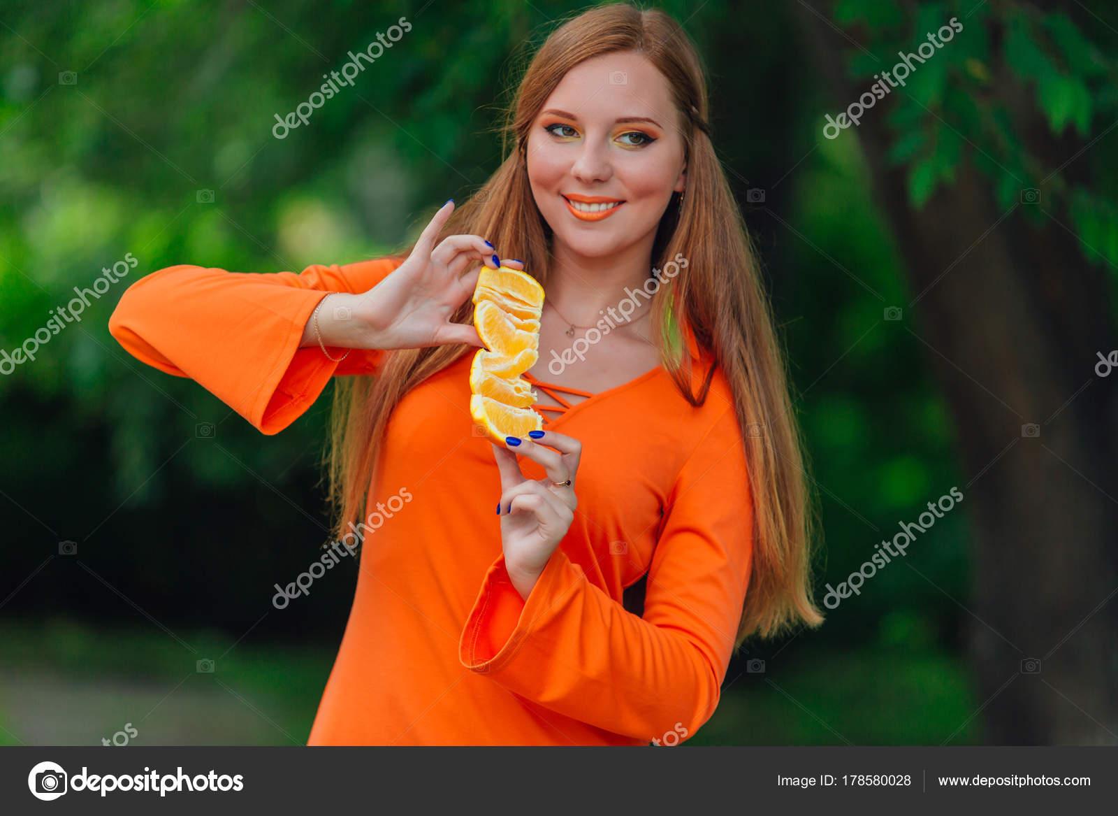 Porträt Von Hübschen Roten Haare Frau Hält Saftige Leckere