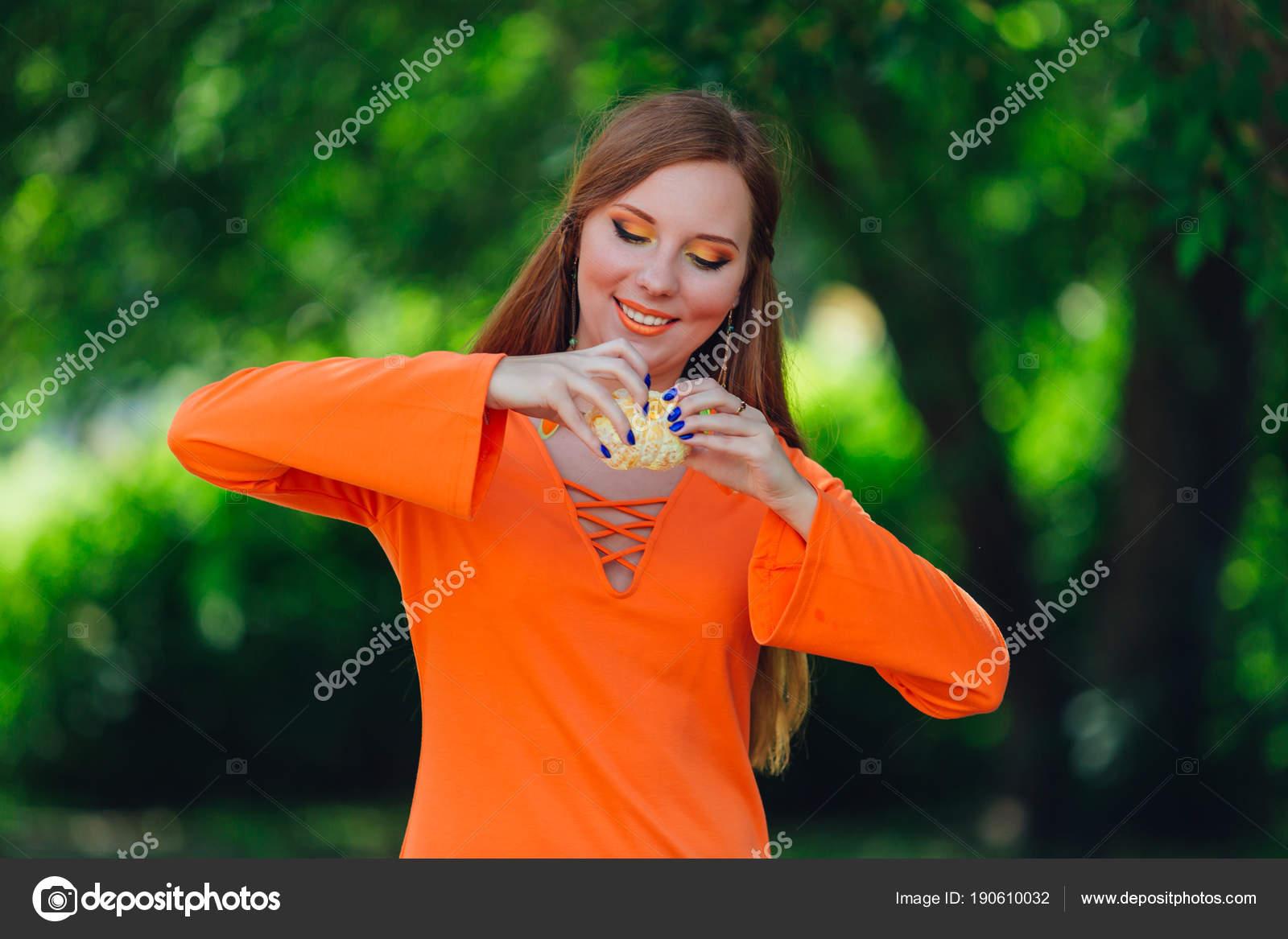 Portrait Von Hübschen Roten Haare Frau Mit Saftige Leckere