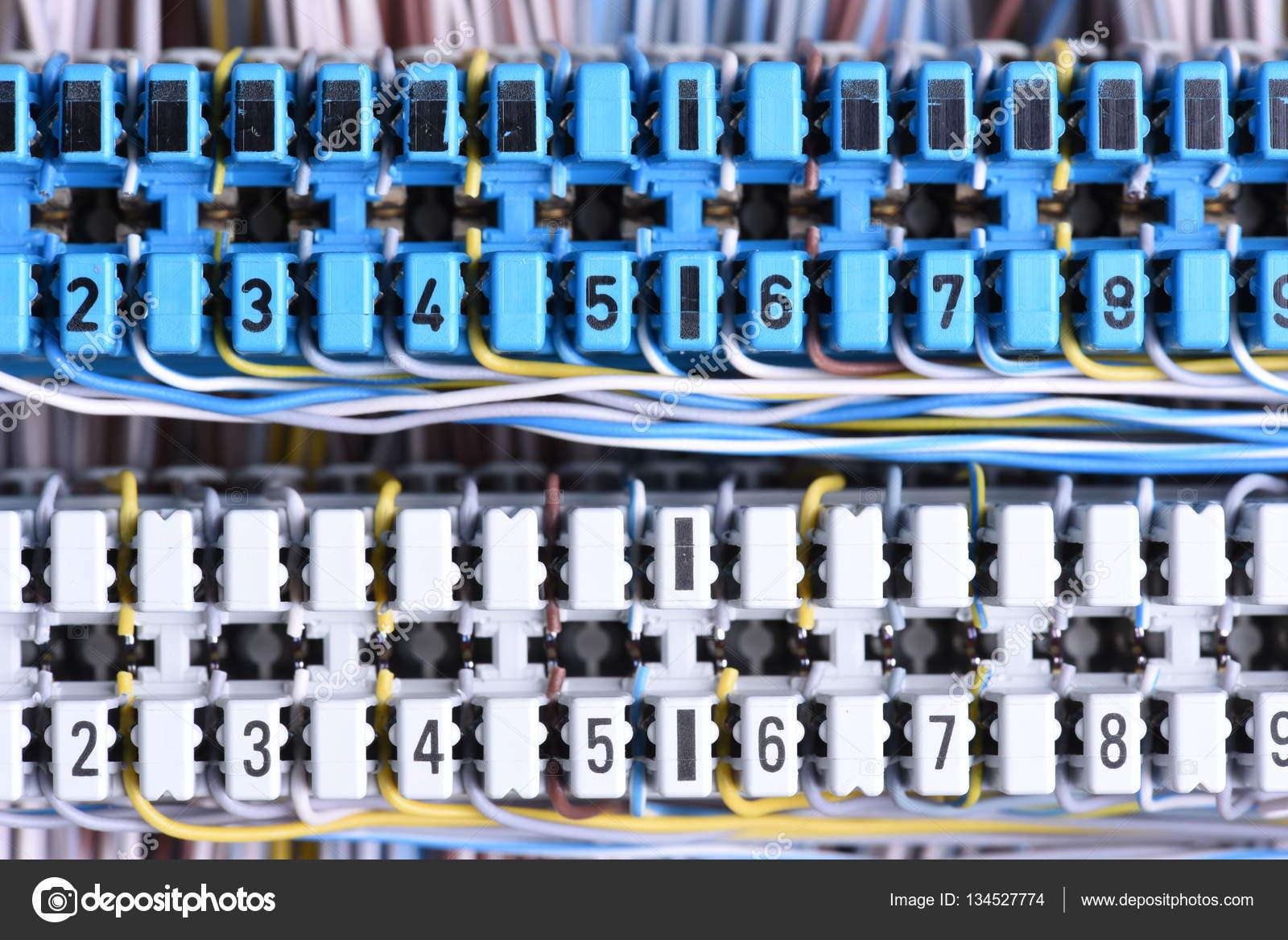 Telekommunikationsgeräte, Hauptverteiler mit Kabelverschraubungen ...