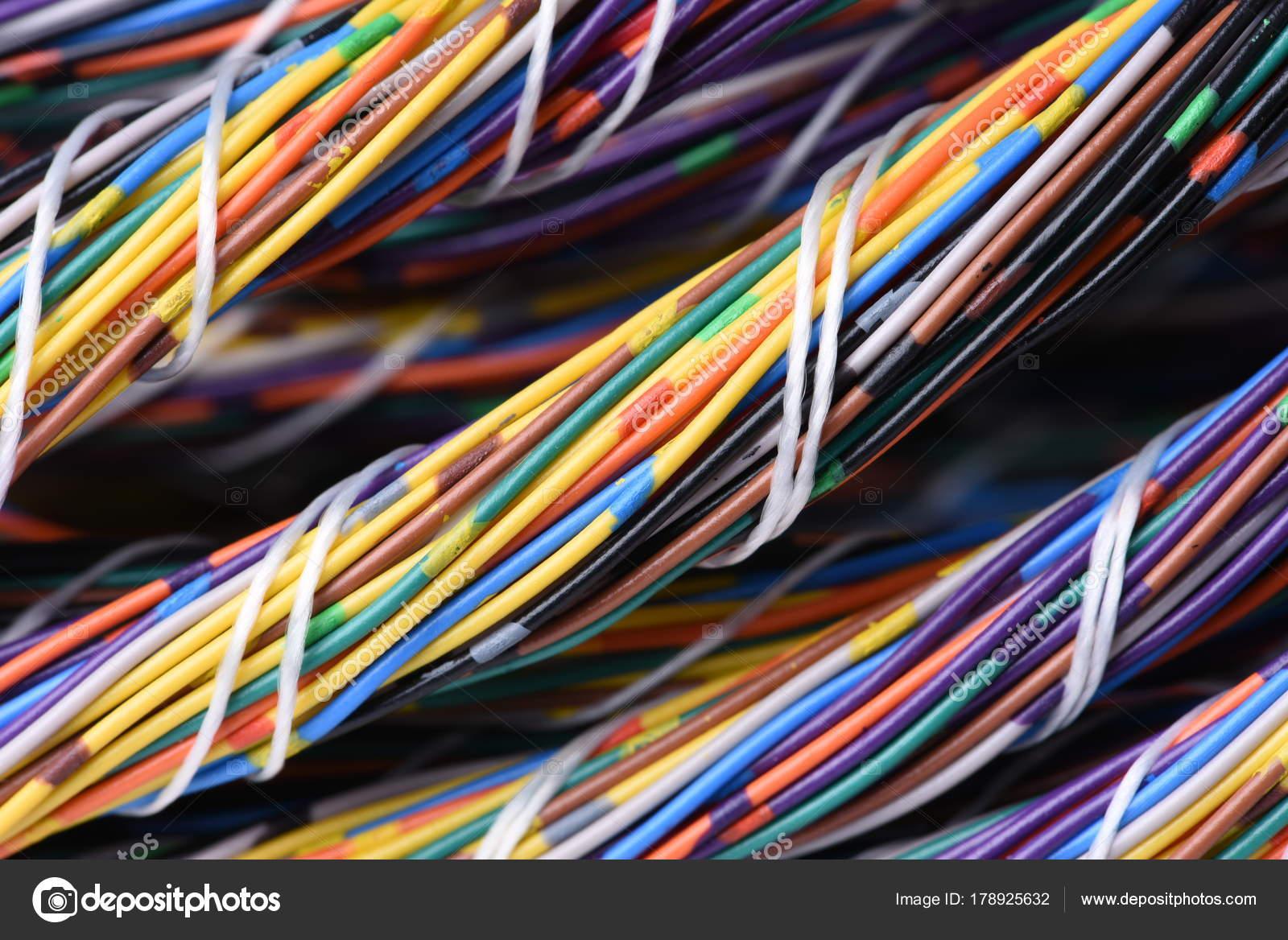 Buntes Elektrische Kabel Und Leitungen Bündeln — Stockfoto ...