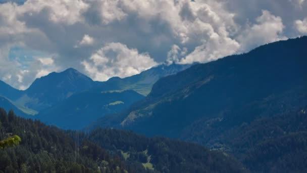krásný výhled na alpskou vesnici ve švýcarských Alpách