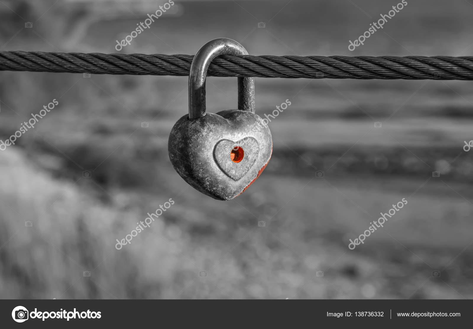 Herzförmiger Vorhängeschloss auf Metall Kabel in schwarz / weiß ...