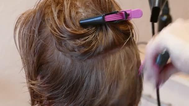 Profesionální kadeřník sušení ženské vlasy s fénem