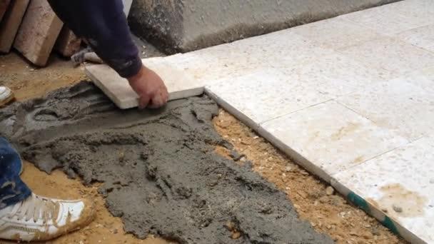 Operaio Edile Posa Piastrelle Pavimento Con Cemento — Video Stock ...