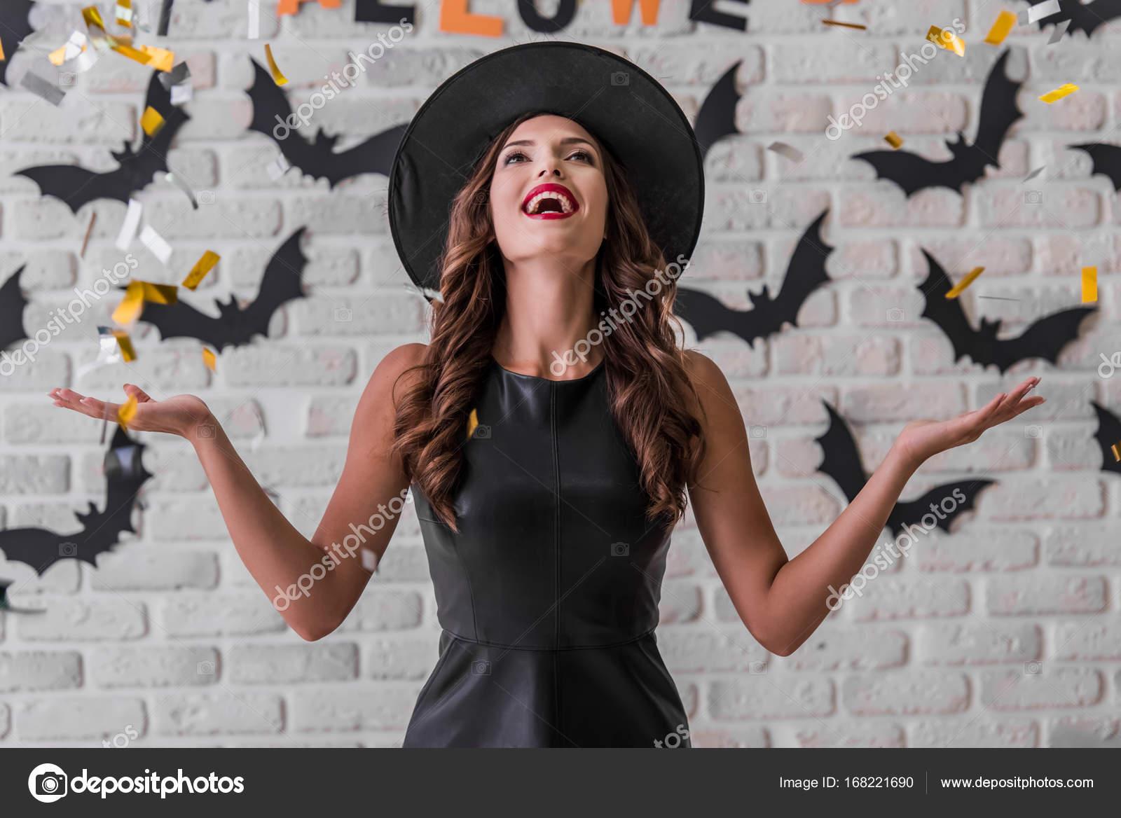 Mädchen bereit für Halloween-party — Stockfoto © GeorgeRudy #168221690