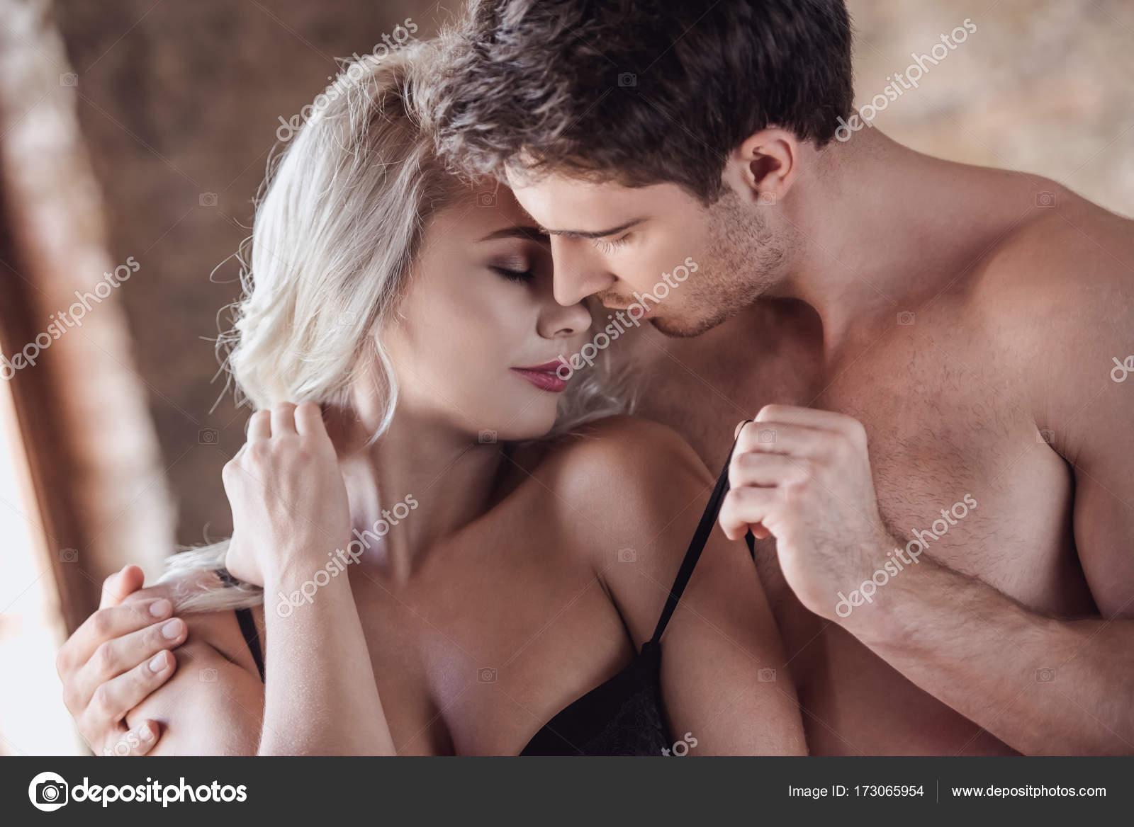Пара занимающийся сексам и страсть