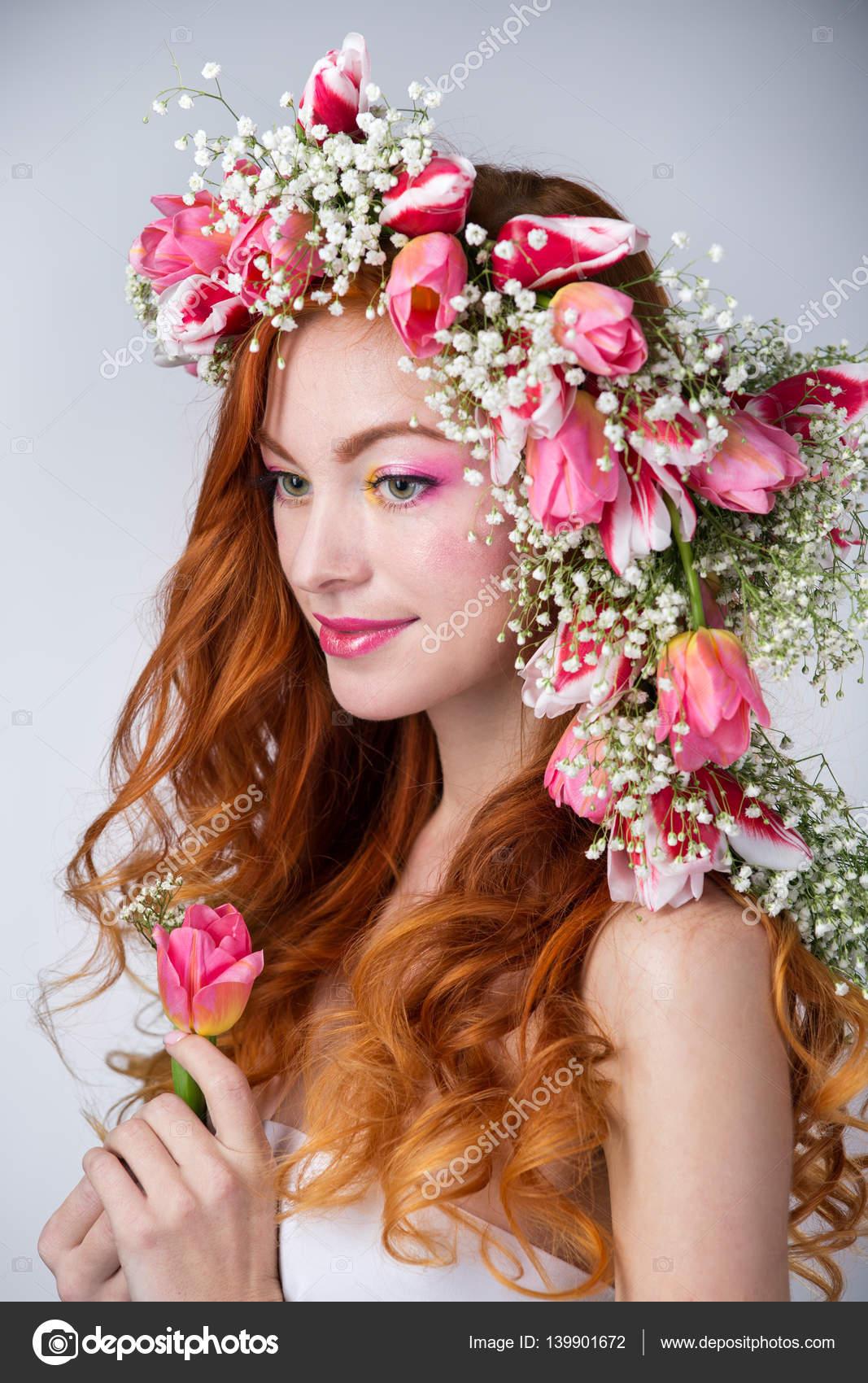 Femme aux cheveux rouges portant une couronne de fleurs de tulipes\u2013 images  de stock libres de droits