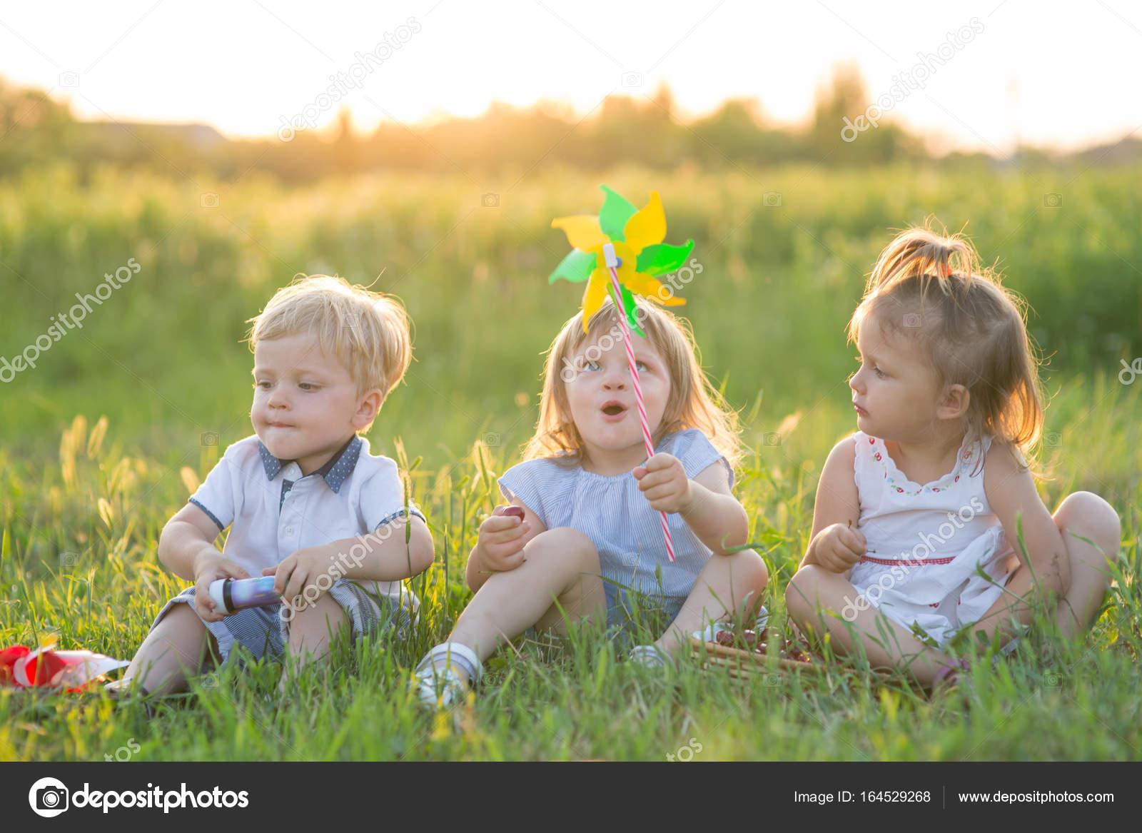 17a6facdba0230 Kinder spielen in der Natur — Stockfoto © Genika  164529268