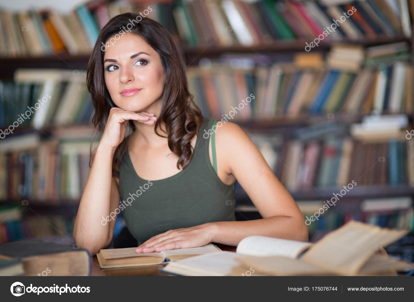 Красивая девушка в библиотеке фото фильм