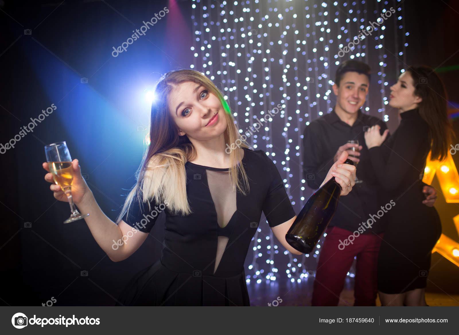 Молодежь на вечеринке