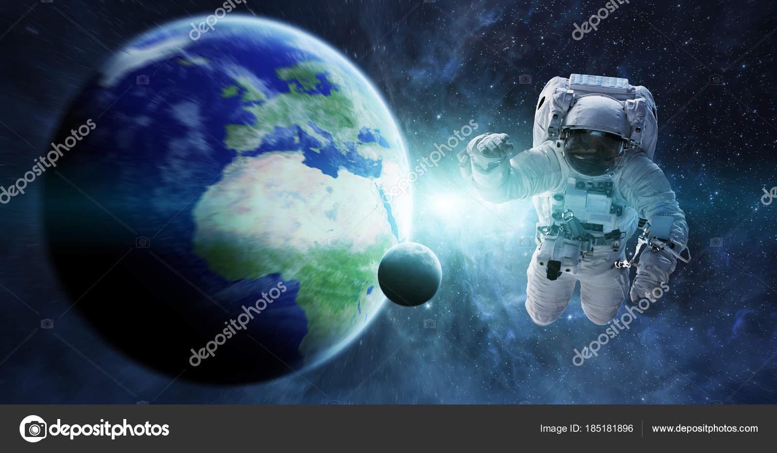Astronauta Flotando En El Espacio Exterior: Imágenes: Astronauta En 3d