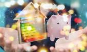Geschäftsfrau spart Geld mit guter Energiebilanz
