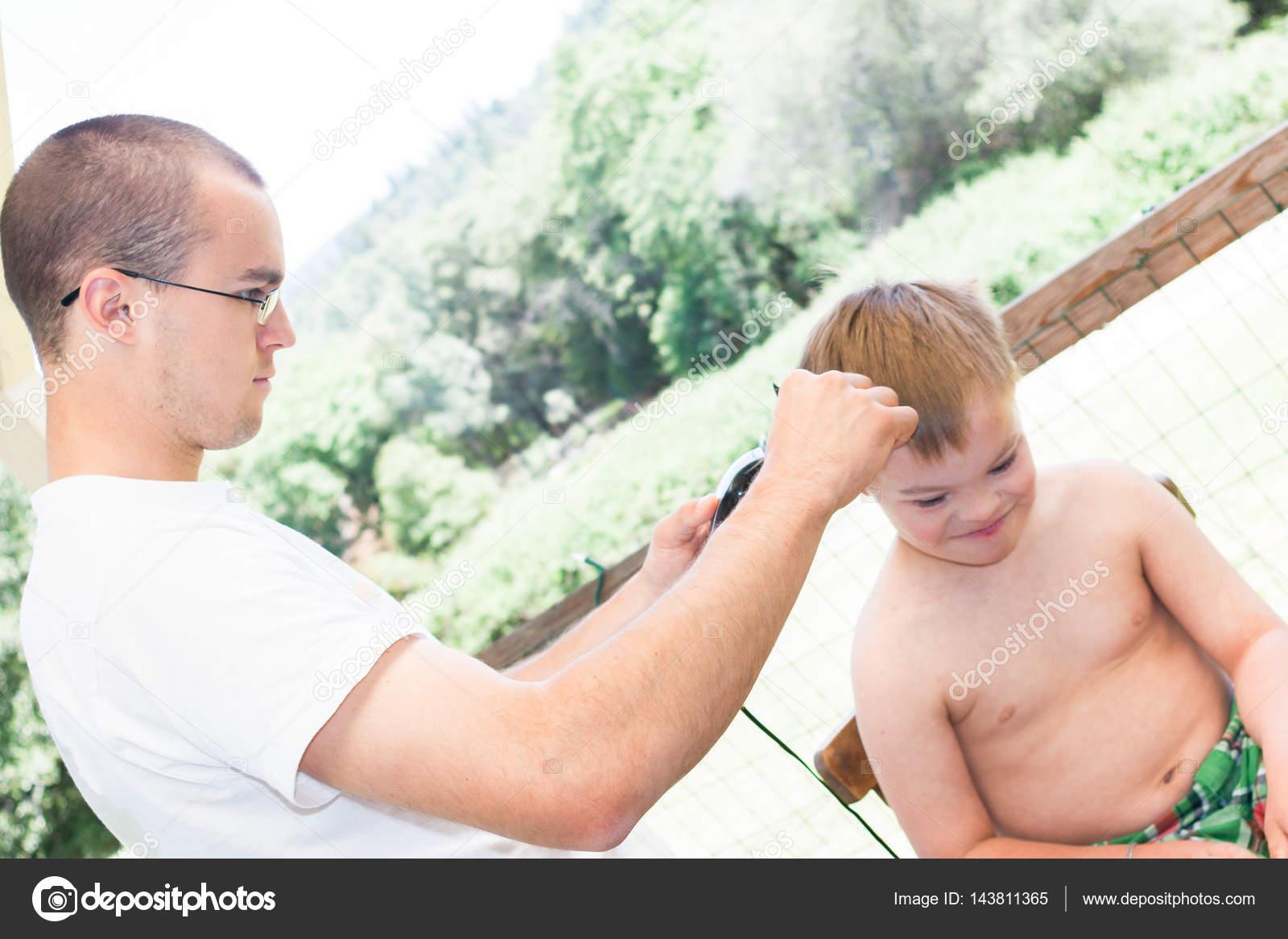 Mały Chłopiec Z Zespołem Downa Dostawanie Jego Fryzura Zdjęcie
