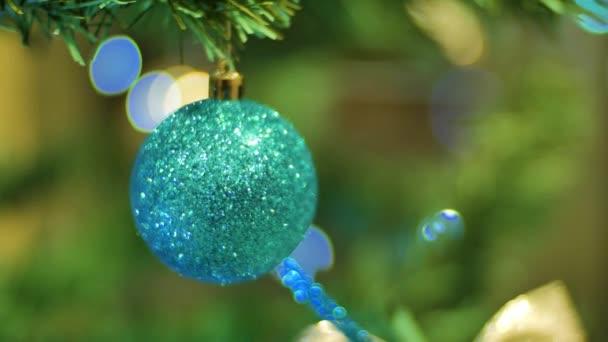 Vánoční koule visící na větvi, vánoční a novoroční výzdobu. Blikající Garland. Vánoční světýlka