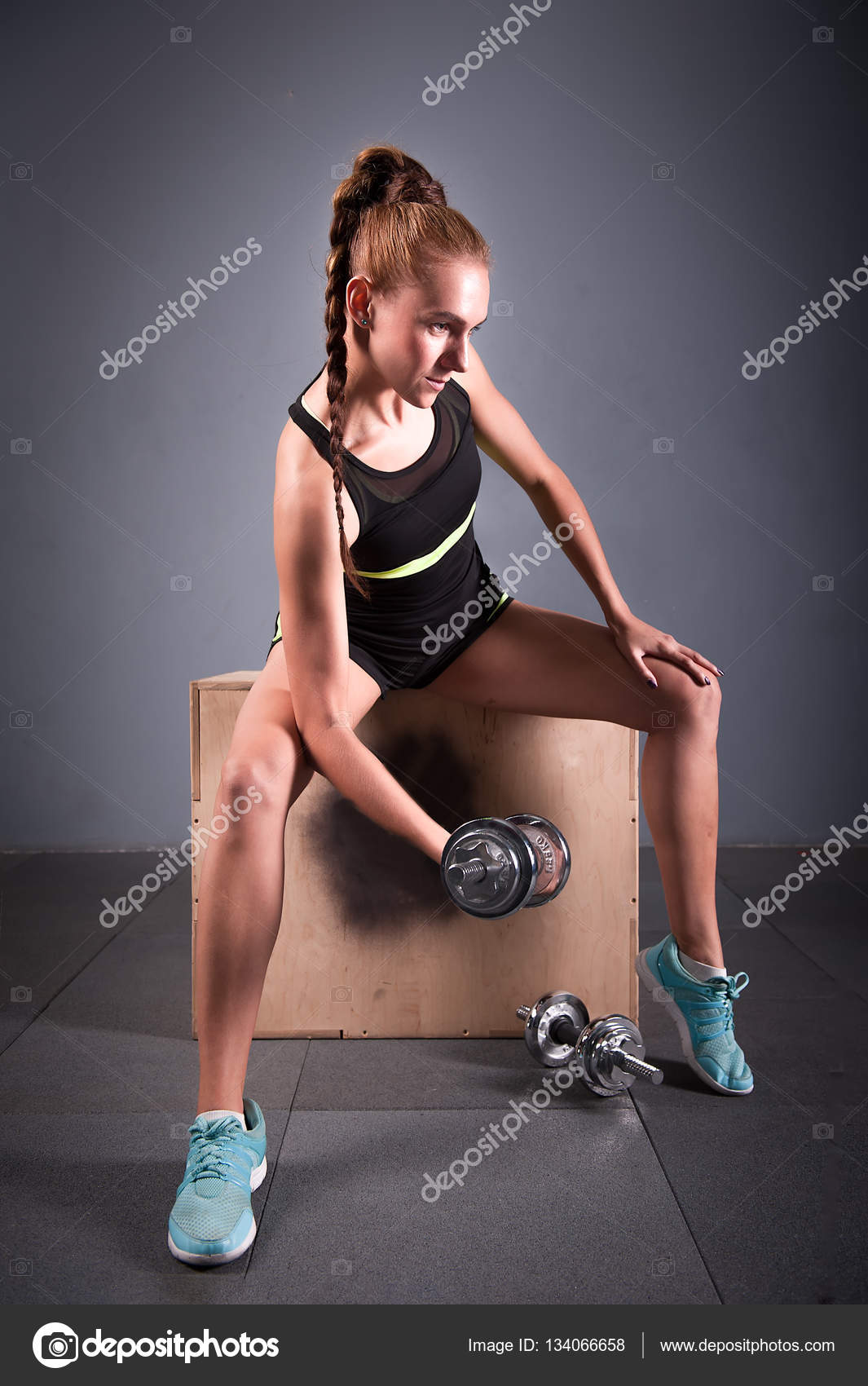 Jeune femme confiante faire exercice de curl biceps avec des haltères dans  un centre de fitness. Fille mince de formation dans la salle de gym avec  haltères ... a1525c8c062