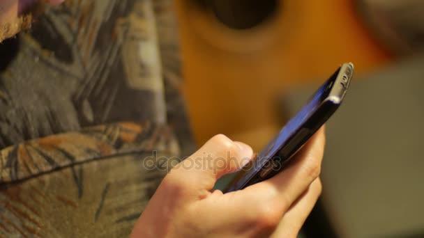Detail rukou dotykovém mobilu posouvat nahoru a dolů