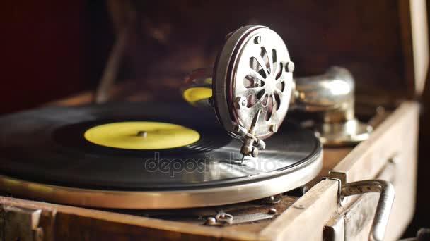 Loop-fähiges Vintage-Video eines alten Grammophons, das eine Schallplatte abspielt, Zeitlupe in Großaufnahme