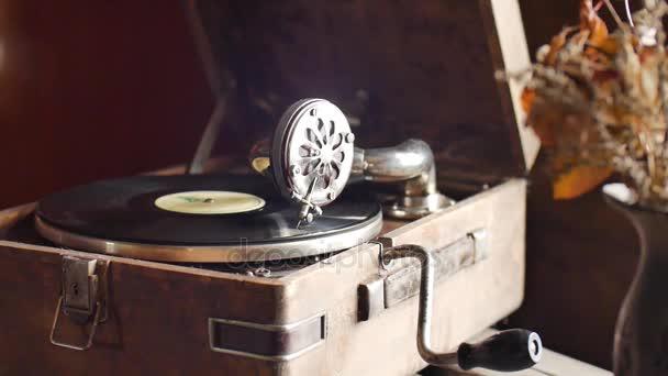 Hurok-képes Vintage videóinak a régi gramofon, rekord, közelről Lassított lejátszás