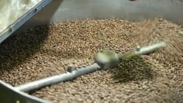 Míchání pražené kávy. Voňavé pražená káva je smíšené a uzené. Koncept živostí pohodu a káva Příprava