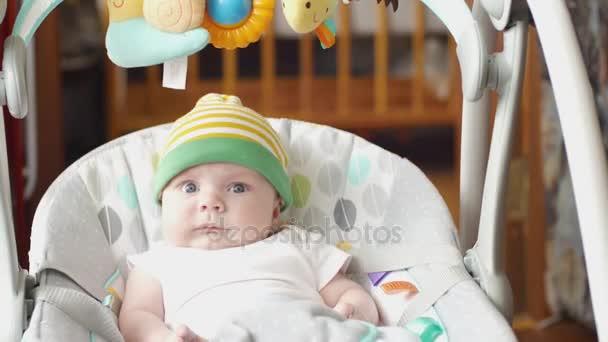 Elektrische Schommel Baby.Gelukkig Jongetje Schattige Baby Swing In Elektrische Schommel Op