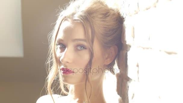 Un dolce sguardo attraente evoca il desiderio e leccitazione. Ritratto di modo del modello al chiuso. Donna bionda di bellezza con attraente corpo in lingerie di pizzo. Culo di donna in biancheria intima. Ragazza nuda closeup