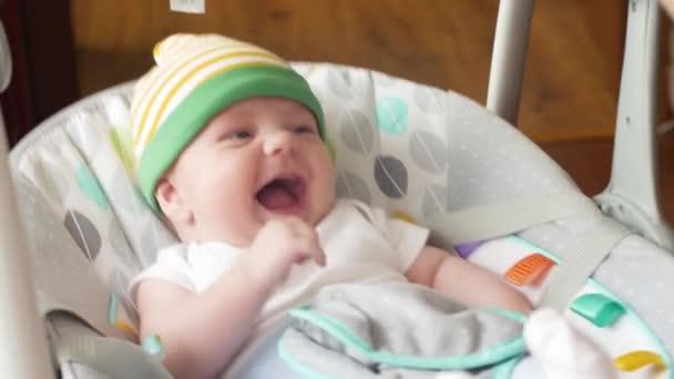 Baby Born Schommel.Gelukkig Jongetje Schattige Baby Swing In Elektrische Schommel Op