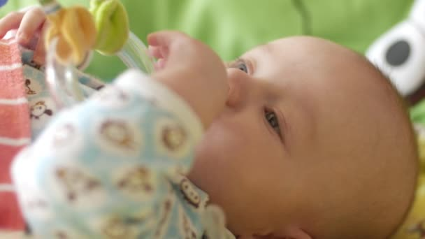 Happy novorozeně zívá detailní v posteli colorfull se dítě dívá kolem sebe a pak usměje aywns. Koncepce péče o děti, Rodičovská láska a nedostatek rodinných problémů