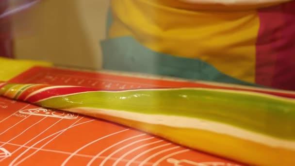 Výroba karamelové bonbóny, detailní tvorby dlouhých bonbóny. Muž dělat sladké cukroví
