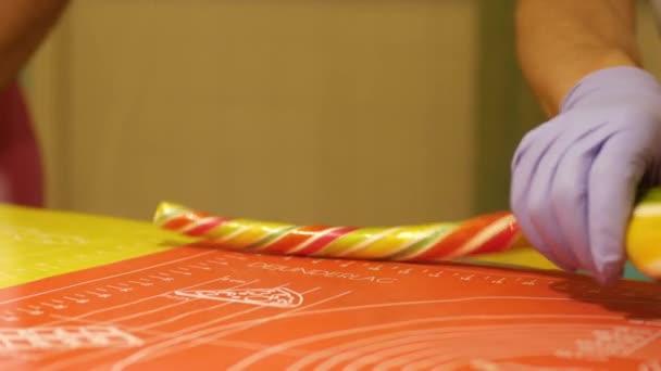 Vorbereitung handgefertigten Zucker Bonbons, Lutscher, Nahaufnahme. Süßwarenfabrik. Produktion von Süßwaren. Gebäck, Marshmallows, Süßigkeiten. Konditoren machen desserts