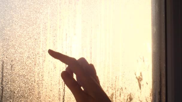 Dívka srdce vychází zapocené okno. Symbol svatého Valentýna. Západ slunce, odraz, 4k