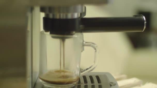 Csésze kávé Kávéautomata. Így a cappuccino üveg átlátszó oldalas kávéscsésze. lassú mozgás