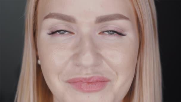 Porträt eines jungen Mädchens mit Zahnspange, das in die Kamera lächelt. Nahaufnahme. positiver weiblicher Hintergrund.