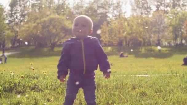 Baby im Park in der Sonne.
